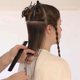 Homme qui coupe les cheveux d'une femme brune
