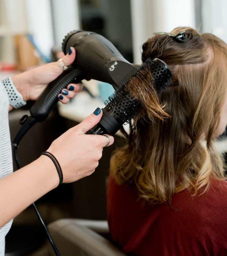 Cours pratique de coiffure à l'école Provélite Académie